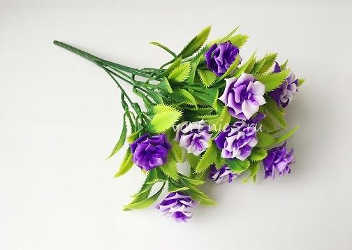 веточка зелени, розочки фиолетовые