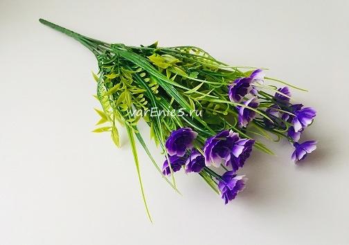веточка зелени, цветы фиолетовые