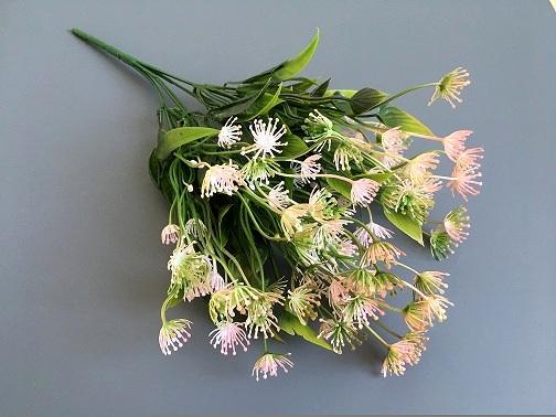 Веточка зелени укроп, цветы розовые