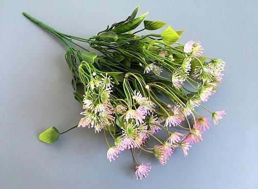 Веточка зелени укроп, цветы сиреневые