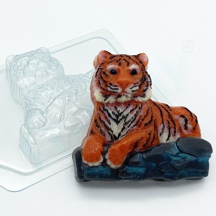 Пластиковая форма Тигр лежит на камнях